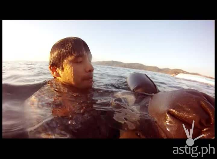 Atom Araullo uses his pants as a floatation device in 'Red lert'