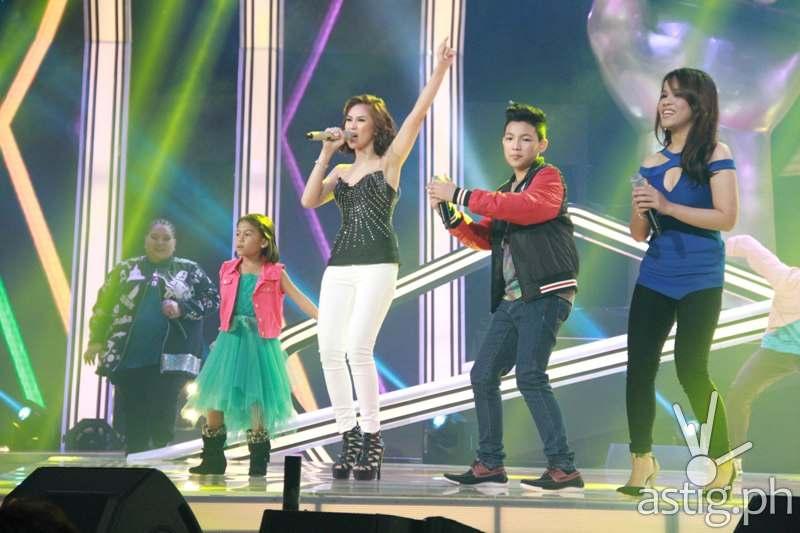 Coach Sarah with Lyca, Darren, Janice Javier, and Klarisse de Guzman during Sunday show's opening number