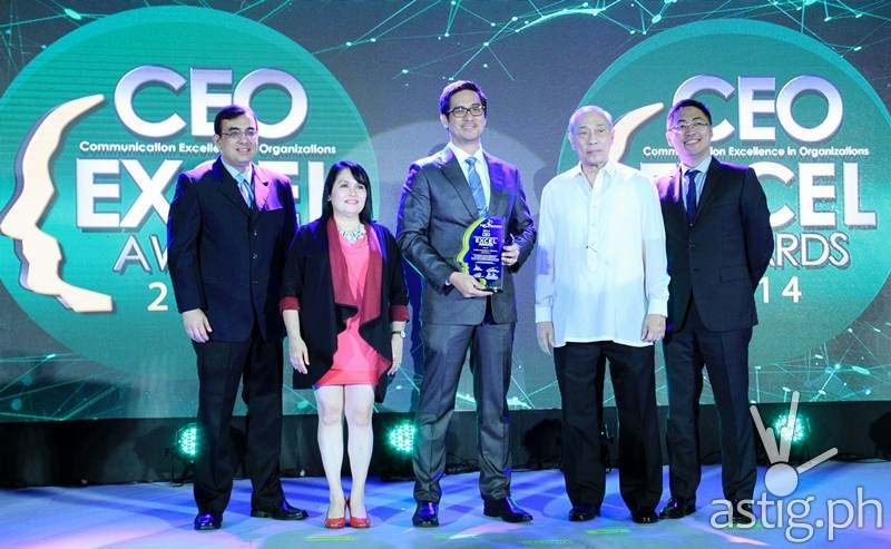 ABS-CBN head of TV production Laurenti Dyogi (center) receives the CEO Excel Award for ABS-CBN broadcast head Cory Vidanes