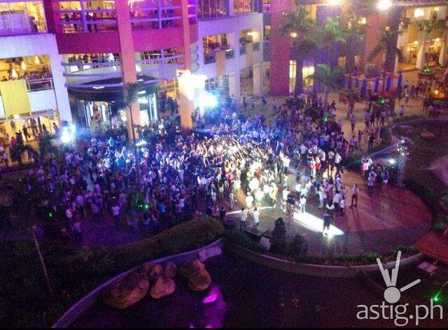 A shot of the flash mob organized by John Prats to propose to Isabel Oli