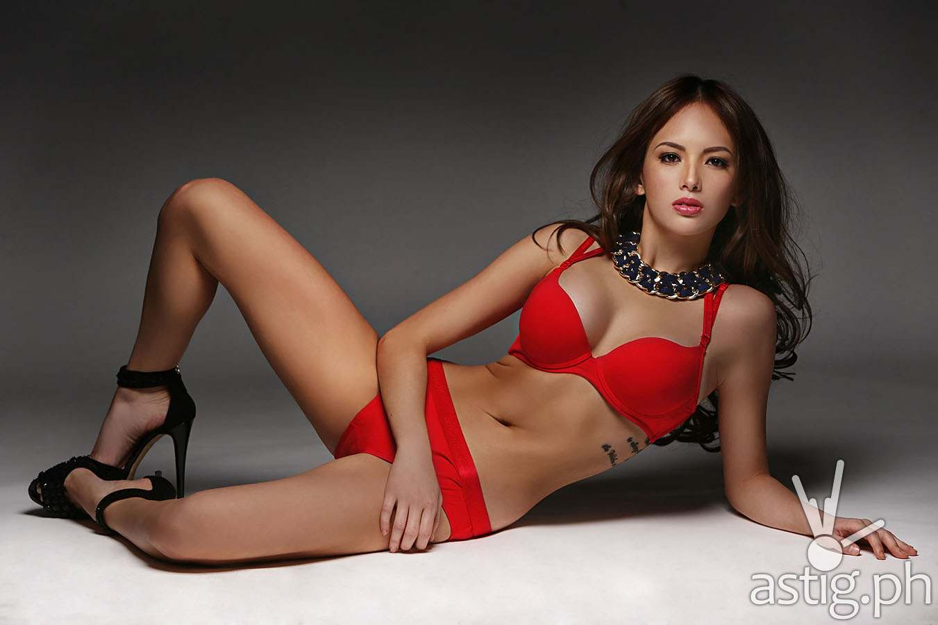 Ellen Adarna photo by bench