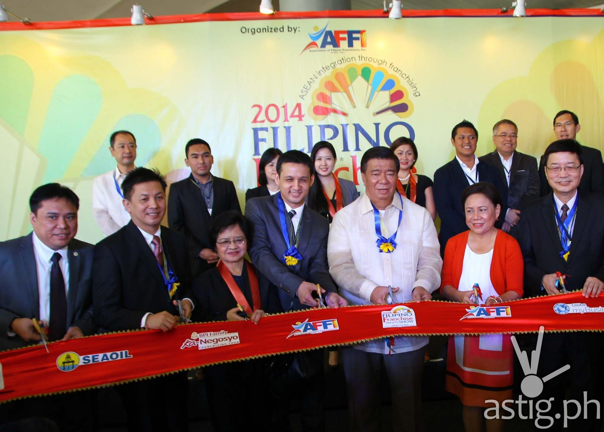 Globe Senior Vice President and Head of myBusiness Martha Sazon (fifth, second row) was among government luminaries, including Senators Franklin Drilon and Cynthia Villar (fifth and sixth, front row, respectively) as well as officials from the Association of Filipino Franchisers, Inc.'s (AFFI) who led the ceremonial ribbon cutting for the 2014 Filipino Franchise Show