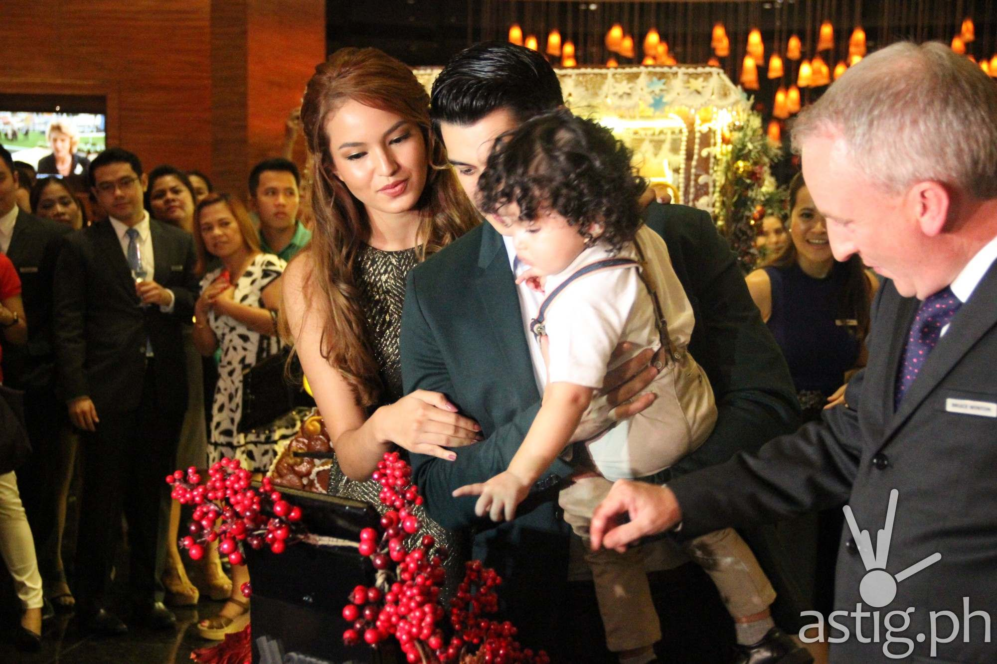 Richard Guterrez, Sarah Lahbati, and Baby Zion with Marriott Manila's General Manager Bruce Winton