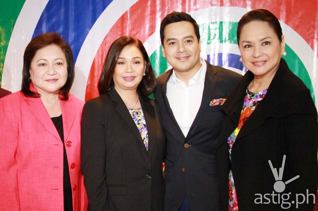 (L-R) Star Creatives head Malou Santos, ABS-CBN broadcast head Cory Vidanes, John Lloyd Cruz, and ABS-CBN president and CEO Charos Santos-Concio