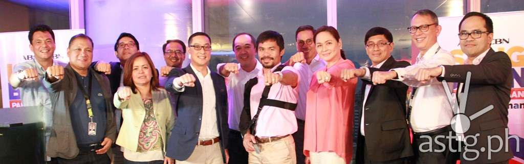 Pacquiao poses with the ABS-CBN Executives