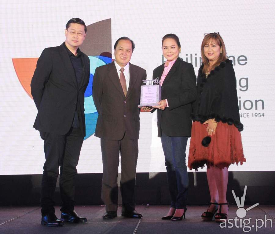 ABS-CBN president and CEO Charo Santos-Concio receives token of appreciation from the Philippine Marketing Association