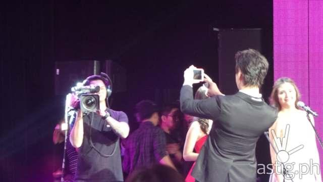 Enrique Gil doing a selfie