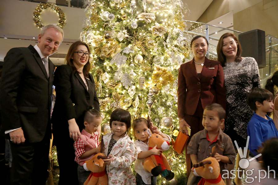 Marriott Manila General Manager Bruce Winton with Executive Team and kids from Operations Smile