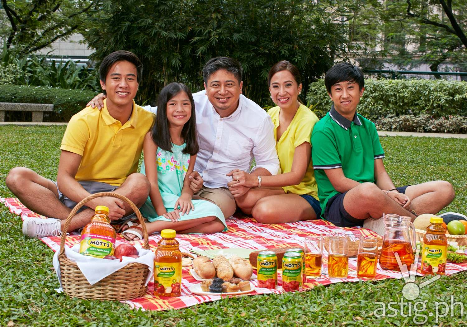 mommymundo.com's Janice Villanueva and family for Mott's Apple Juice