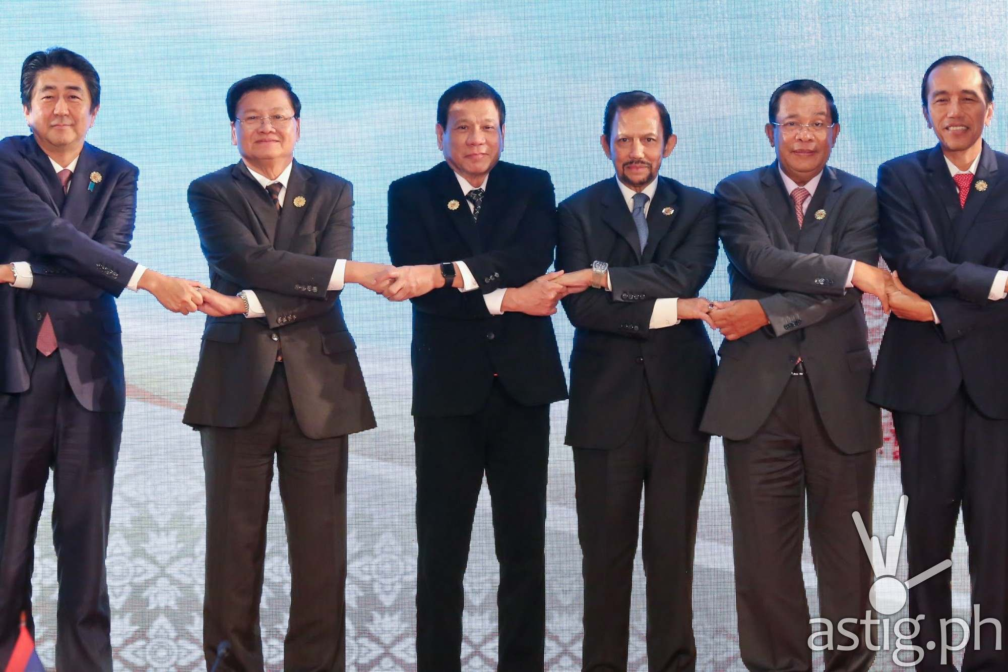 President Rodrigo R. Duterte joins other ASEAN heads of states, holding hands as a symbol of unity, during the second day of the ASEAN Summit at the National Convention Center in Vientiane, Laos on September 7. (KING RODRIGUEZ/PPD)