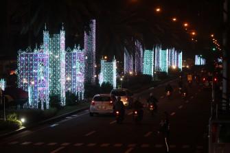 Christmas splendor lights up Makati City