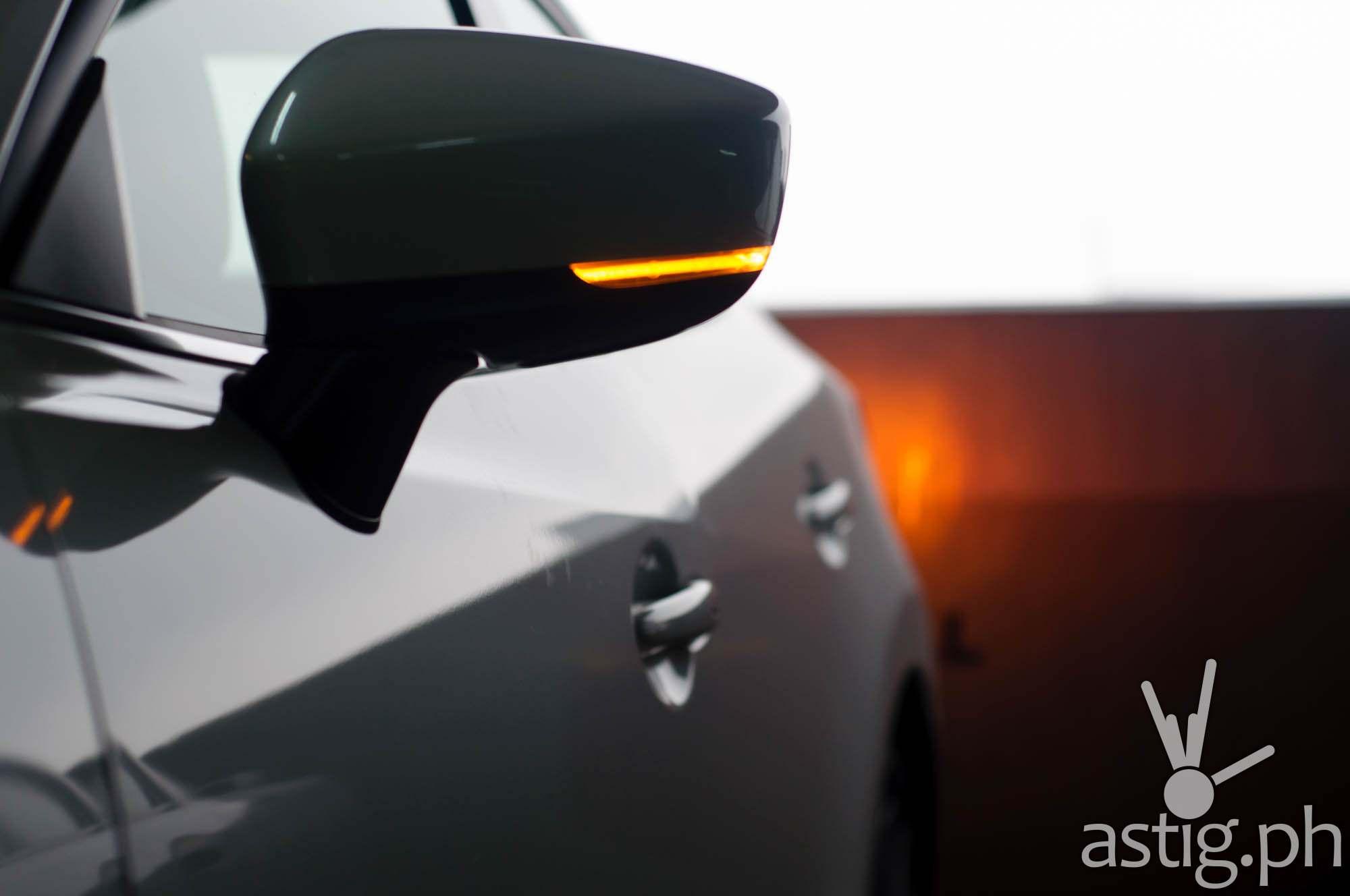 Elongated turn lights mounted on the side mirrors - Mazda3 2.0 Sedan 2017 Skyactiv-R