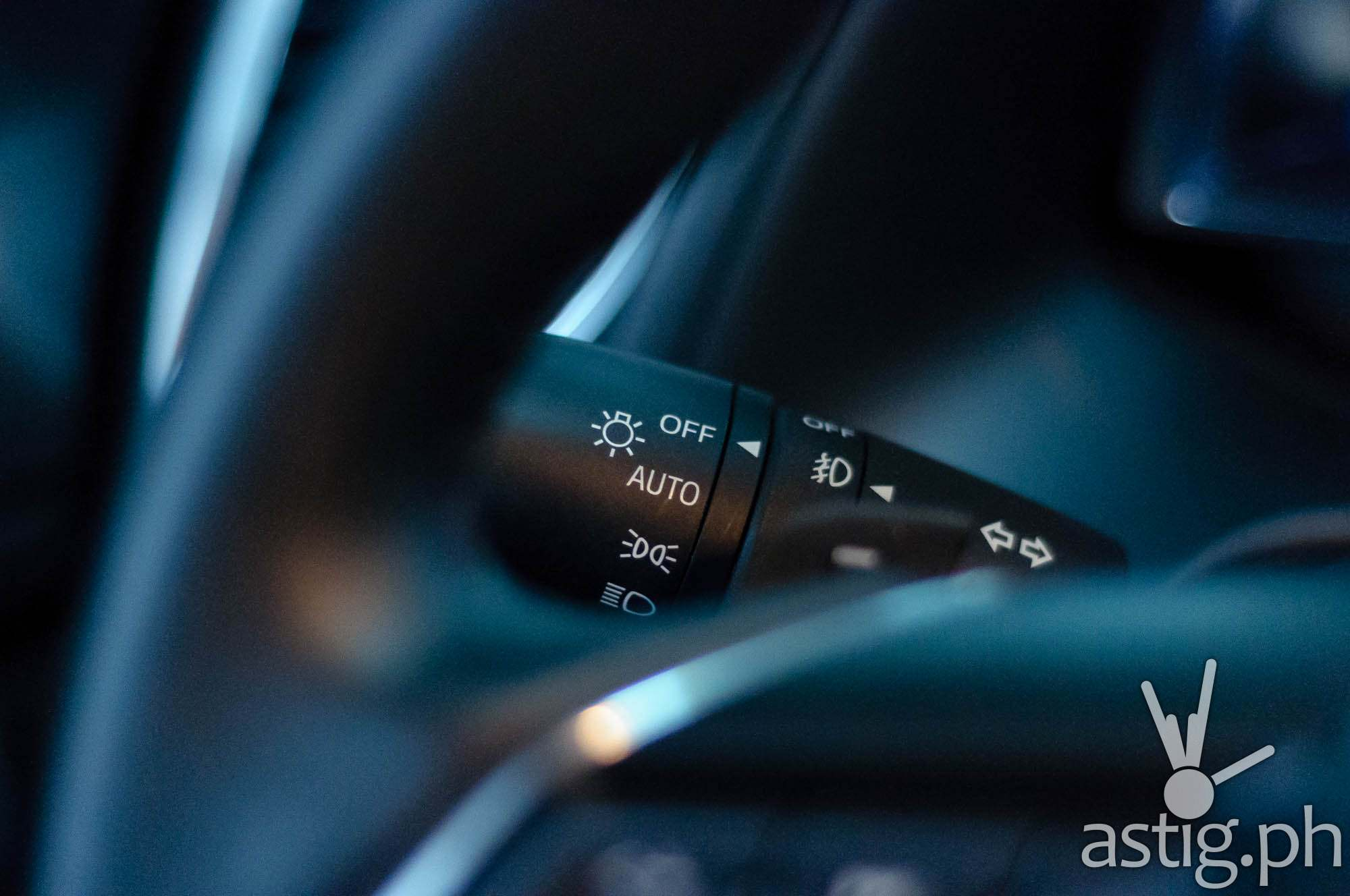 Light sensors automatically activate or deactivate the headlights depending on the situation - Mazda3 2.0 Sedan 2017 Skyactiv-R