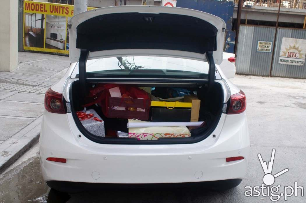 The trunk was loaded with gifts after our wedding - Mazda3 2.0 Sedan 2017 Skyactiv-R