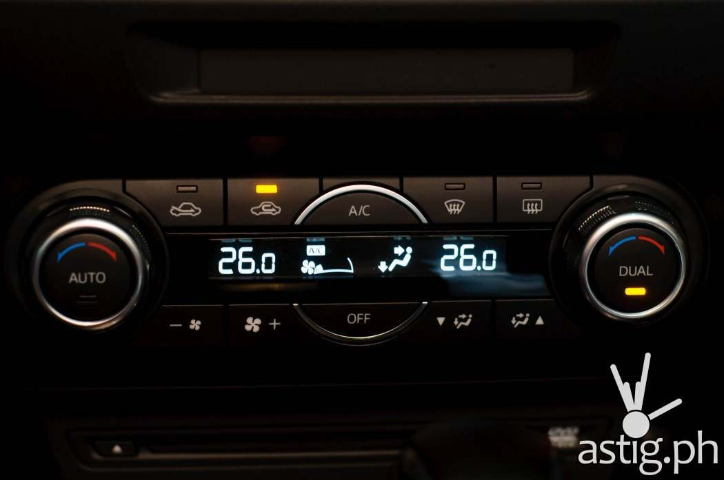 Updated digital air conditioning controls are a new feature in the 2017 model - Mazda3 2.0 Sedan 2017 Skyactiv-R