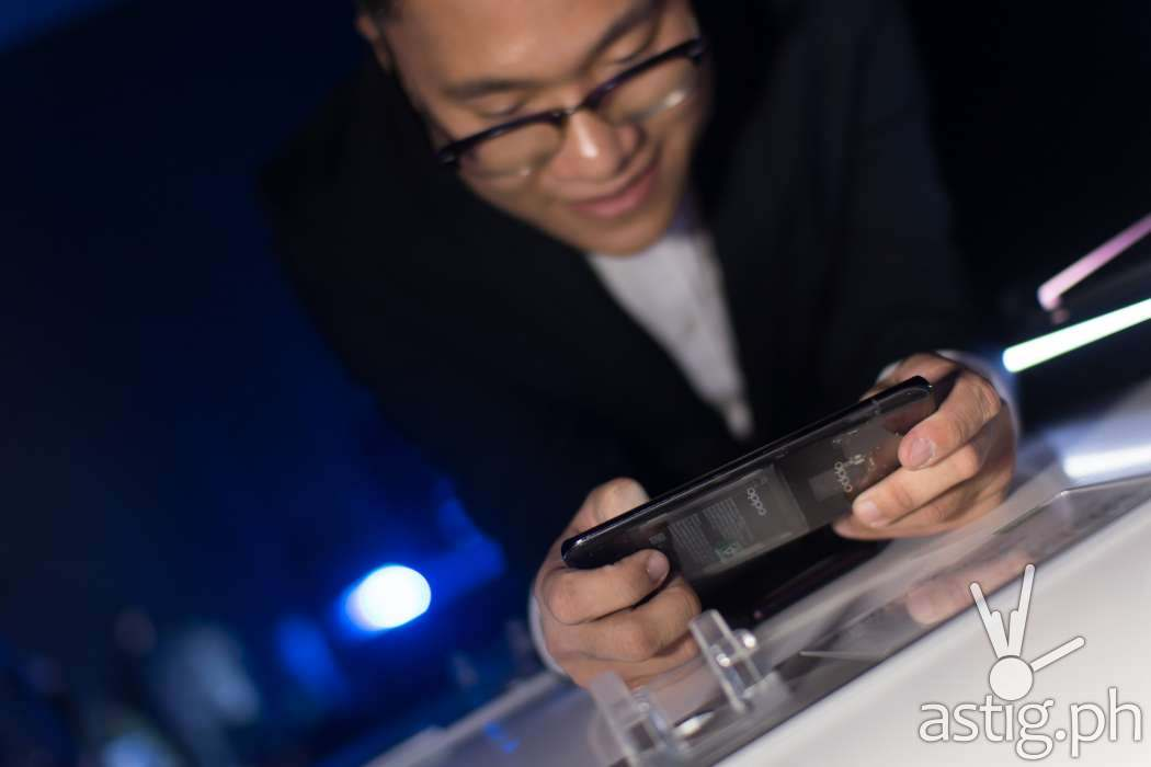 Eason de Guzman, OPPO Philippines PR Manager plays PUBG on the OPPO Find X - OPPO Find X Philippine launch