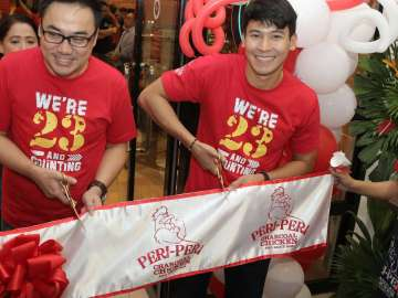 Bryan Tiu and Enchong Dee officiate the ribbon cutting to open the newly-relocated Peri-Peri Charcoal Chicken and Sauce Bar branch at the Venice Grand Canal Mall, McKinley, BGC.