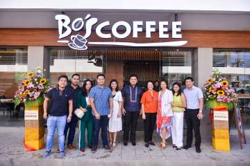 Bo's Coffee Surigao owners Darryl and Tracy Laurente (center) with the team