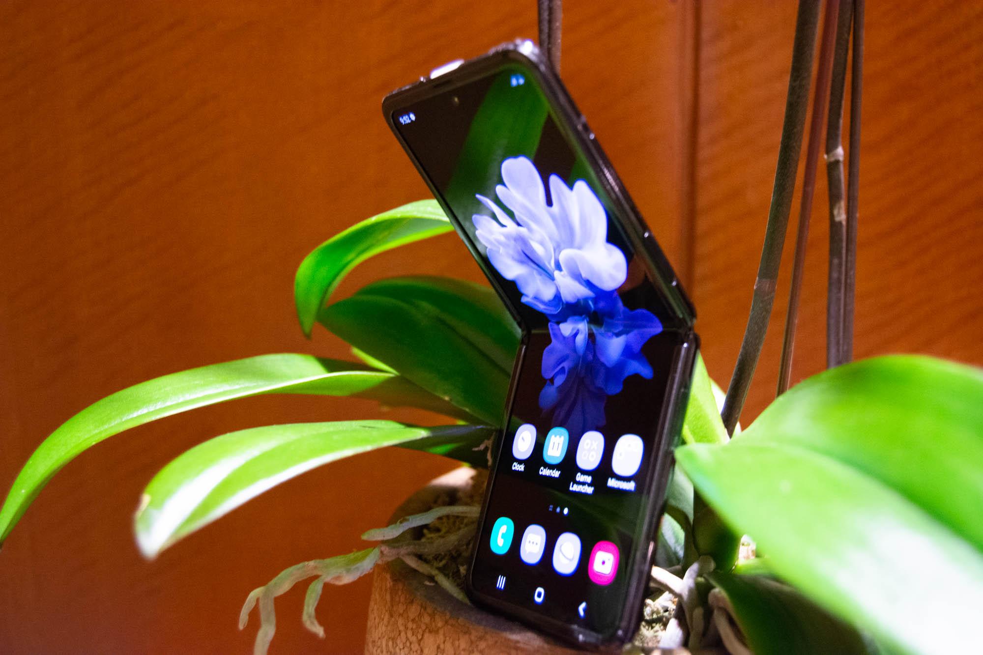 Standing side - Samsung Galaxy Z Flip (Philippines)