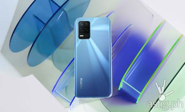 The realme 8 5G in Supersonic Blue stands out with its Dynamic Speed Light design