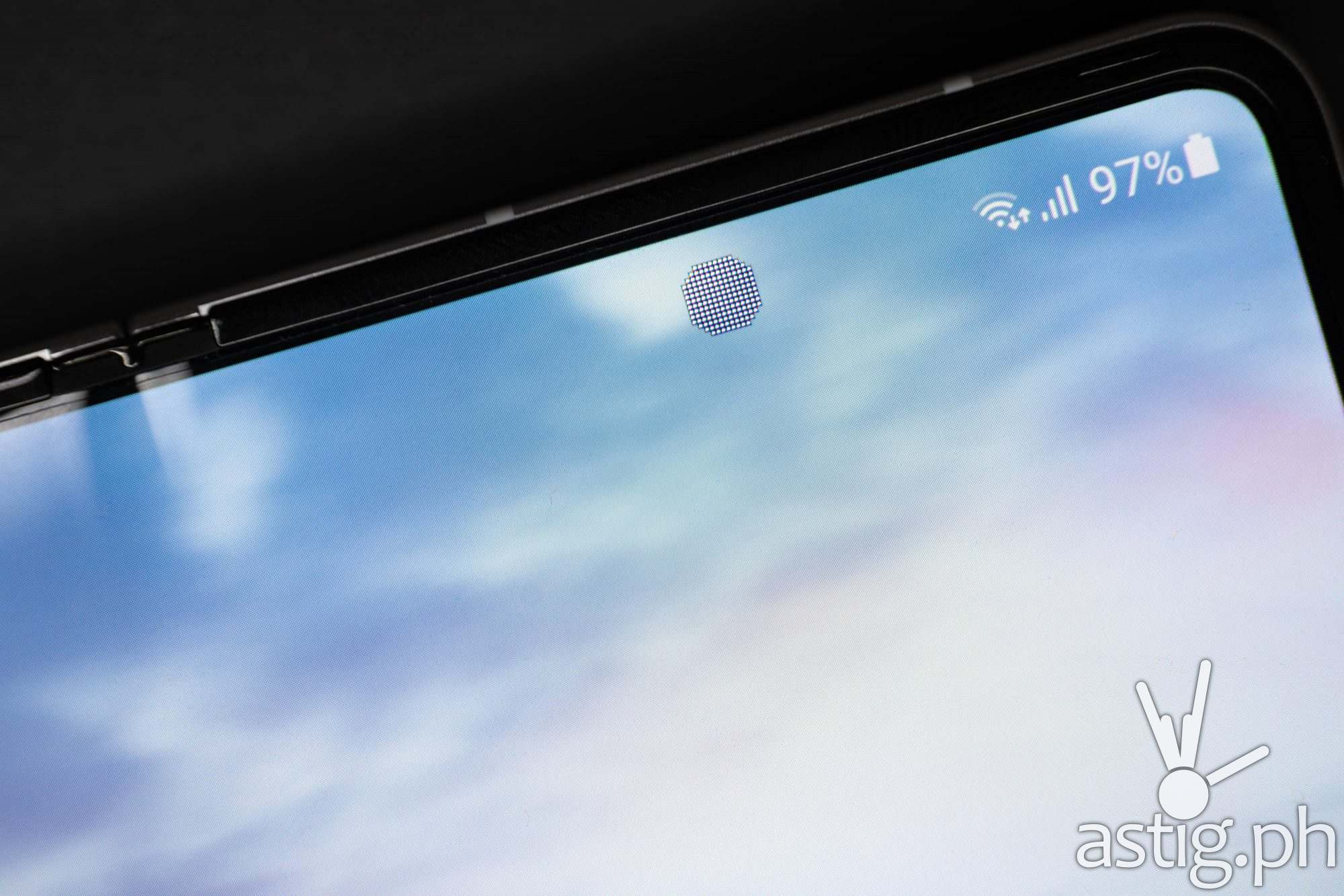 In-display selfie camera close-up - Samsung Galaxy Z Fold3 (Philippines)